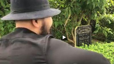Lan truyền clip fan tới mộ hát tặng Trần Lập khiến người xem không ngừng rơi nước mắt
