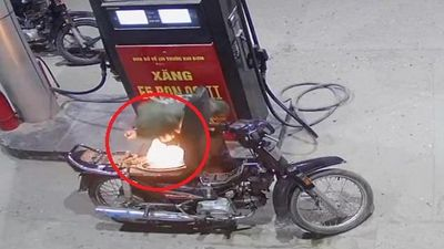 Kinh hãi clip người đàn ông dùng bật lửa kiểm tra nhiên liệu trong cây xăng