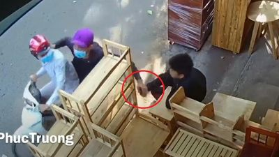 Clip: Cướp giật điện thoại nhanh như chớp khiến nạn nhân 'đứng hình'