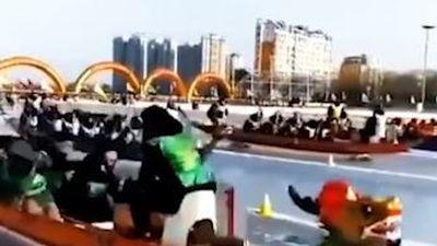 Cuộc đua thuyền trên mặt nước đóng băng ở Trung Quốc