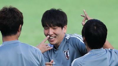Cầu thủ Nhật Bản đá bóng búng tai trước trận gặp Việt Nam