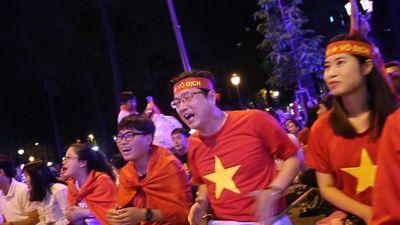 CĐV Hàn Quốc và Việt Nam hát vang cổ vũ Công Phượng, Quang Hải