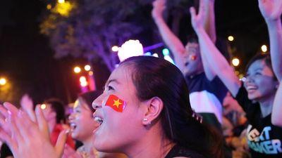 CĐV Sài Gòn vỡ òa sung sướng khi VAR từ chối bàn thắng của Nhật