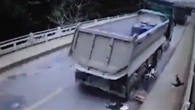 Xe ben biển đỏ va chạm xe máy, một người tử vong