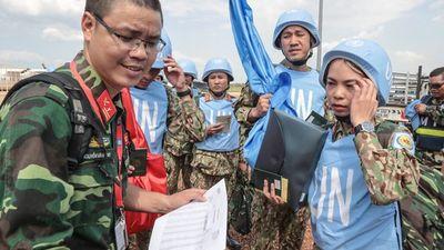 Rơi nước mắt 'cuộc gặp' cách ngàn dặm giữa chiến sĩ gìn giữ hòa bình và người thân quê nhà