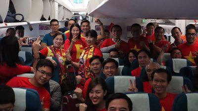 Đỏ rực 250 CĐV trực chỉ sang UAE 'tiếp lửa' Đội tuyển Việt Nam