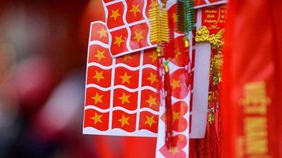 Đồ cổ vũ đắt như tôm tươi trước giờ tuyển Việt Nam đá tứ kết