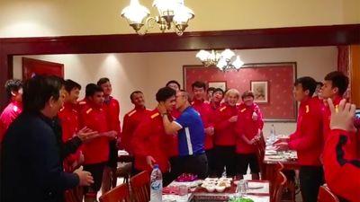 HLV Park bất ngờ hôn má Công Phượng để mừng sinh nhật ở Dubai