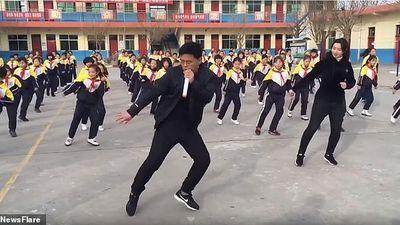 Màn vũ đạo 'cực sung' của thầy hiệu trưởng và các học sinh giữa sân trường