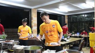 Cận cảnh bữa ăn của Văn Lâm ở Muangthong United