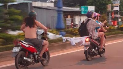 Tây ba lô đi xe máy chở 3, nối áo kéo xe tại Phú Quốc