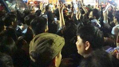 Clip: Đại biểu chen lấn xô đẩy vào đền Trần dự lễ khai ấn