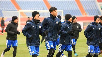 Dàn cầu thủ Hà Nội FC luyện tập trong giá rét trước trận gặp Shandong Luneng