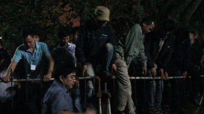 Cảnh tung tiền, leo rào hỗn loạn sau lễ khai ấn đền Trần