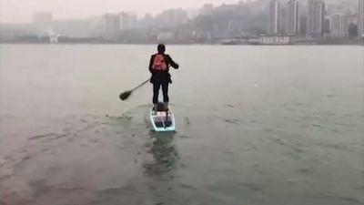Đường kẹt, nhân viên Trung Quốc tự chèo thuyền qua sông đi làm