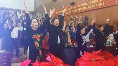 Bộ trưởng Nguyễn Thị Kim Tiến tập thể dục giữa giờ