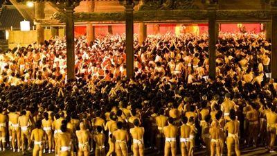 Nghẹt thở cảnh 10.000 người đàn ông Nhật khỏa thân, tranh cướp gậy thánh