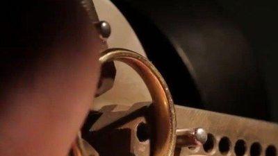 Clip: Cách tạo nên một cặp nhẫn cưới khắc hình vân tay vô cùng ấn tượng