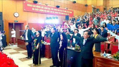 Bộ trưởng y tế cùng hàng trăm đại biểu tập thể dục giữa hội nghị