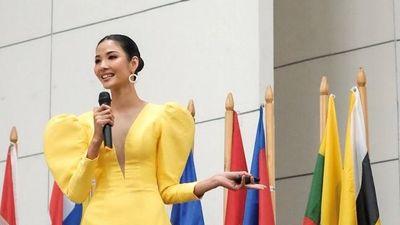 Hoàng Thùy tự tin diễn thuyết tiếng Anh ở Philippines dù gây tranh cãi