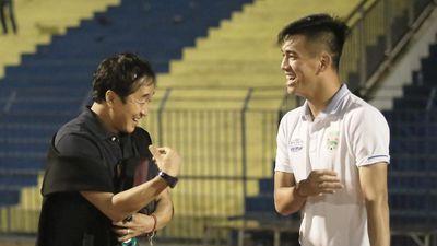 HLV Lee Young-jin động viên Tiến Linh sau trận Thanh Hóa - Bình Dương