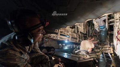 Xem lính Mỹ chất đầy bom lên 'pháo đài bay' B-2 Spirit