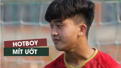 Ngắm 'hotboy mắt hí' Danh Trung trên sân tập U.22 Việt Nam