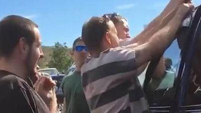 Nhóm tù nhân dùng 'mánh khóe phạm tội' giải cứu em bé mắc kẹt