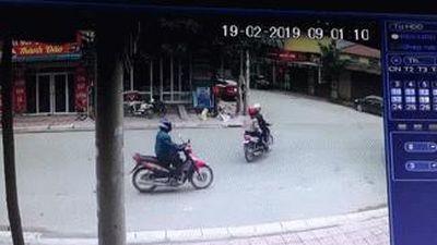 'Cú lừa ngoạn mục' của cặp đôi đi xe máy, tài xế xe tải ôm đầu hứng chịu hậu quả