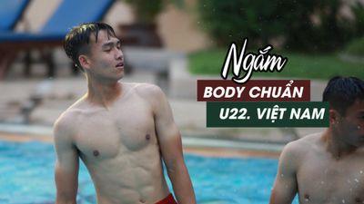 Tuyển thủ U.22 Việt Nam khoe cơ bắp cuồn cuộn tại hồ bơi