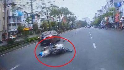 Chuyển làn không quan sát, xe máy va vào ôtô ngã xuống đường