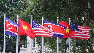 Hàng trăm lá quốc kỳ Việt-Mỹ-Triều tung bay, rợp trời thủ đô