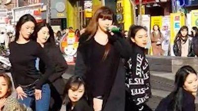Fancam Park Bom hát trên đường phố