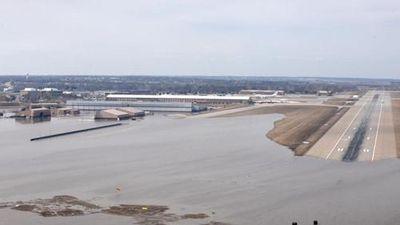 Mưa lớn, căn cứ không quân hàng đầu của Mỹ chìm trong biển nước
