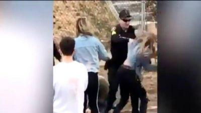 Điều tra vụ cảnh sát đấm thẳng vào mặt cô gái trẻ