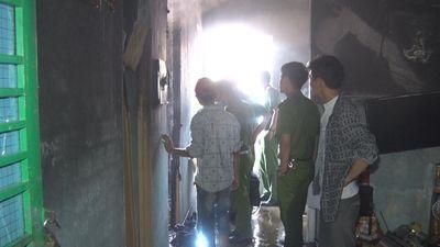 Hàng chục chiến sĩ dập lửa tại căn nhà khóa trái cửa