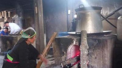 Độc đáo nghề nấu rượu đặc sản của người Mông nơi cổng trời Tây Bắc