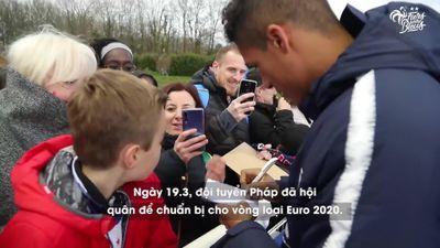 Xếp hàng dài dưới mưa xin chữ ký tuyển thủ Pháp
