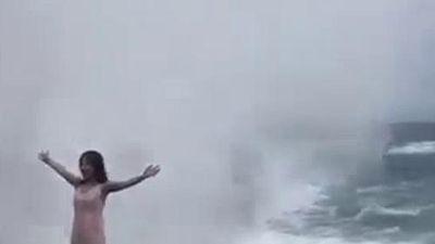Clip: Mải mê tạo dáng bên bờ biển, cô gái bị sóng cao 4m cuốn phăng