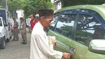 Ông lão ăn xin sở hữu xe hơi xịn, dân mạng nổi sóng