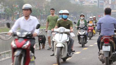 Phố đi bộ mới xây trở thành đường cho xe máy phóng tốc độ cao