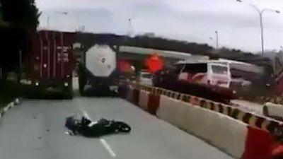 Liều mình chen vào hai xe tải, xe máy bị kẹp thảm khốc
