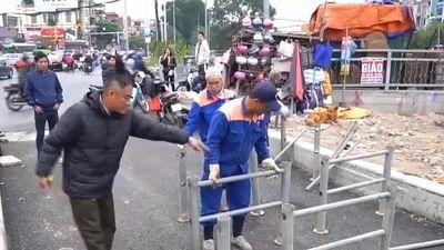 Hà Nội dựng rào chắn ngăn xe máy đi vào đường dành cho người đi bộ