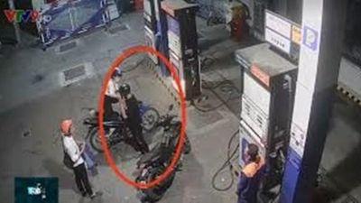 Nhân viên cây xăng bị đâm khi nhắc khách hàng không nghe điện thoại
