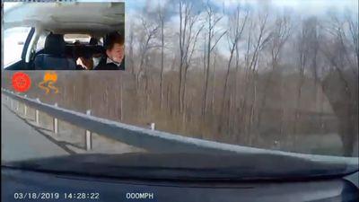 Honda CR-V bị tạt đầu, suýt lao xuống vực