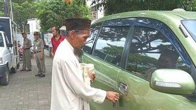 Bị phát hiện đi ô tô, ông lão ăn xin vẫn 'mặt dày' tiếp tục hành nghề