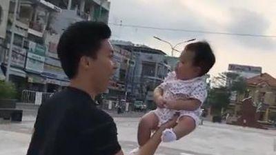 Quốc Nghiệp nâng con gái 3 tháng tuổi lên cao bằng một tay