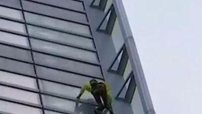 Người đàn ông leo lên tòa nhà cao chót vót mà không có đồ bảo hộ