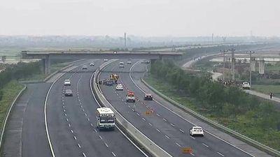 Ô tô con lao ngược chiều trên đường cao tốc gây tai nạn liên hoàn