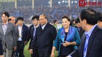 Thủ tướng Nguyễn Xuân Phúc, Chủ tịch Quốc hội Nguyễn Thị Kim Ngân xuống sân ăn mừng cùng U23 Việt Nam